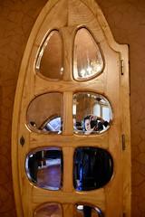 self portrait, La Pedrera, Gaudí, Barcelona (sz1507) Tags: interni design legno wood d5600 nikond5600 2018 spagna espana spain barcellona barcelona modernismo modernism architettura architecture gaudí lapedrera arredamento porta specchio ritratto selfportrait