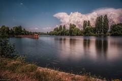 Unwetter im Anmarsch... (hobbit68) Tags: clouds wolken himmel sky water wasser river fluss frankfurt am main baum trees hafen blue blau fujifilm xt2 ufer