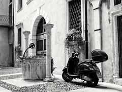 Romeo e Giulietta. Verona (Anciuti) Tags: verona vespa biancoenero blackandwhite leicadlux