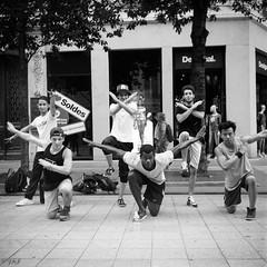 Street dance (Film_Fresh_Start) Tags: 6x6 argentique ilfordfp4125 lomolubitel166b lugdunum lyon moyenformat rue tlr film nb bw groupedestreetdance hiphop