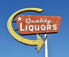 Quality Liquors - Longmont,Colorado (Rob Sneed) Tags: usa colorado longmont neon vintage us287 americana urban smalltown qualityliquors liquorstore spirits booze alcohol liquor packagestore independentbusiness arrow arrowsign roadtrip