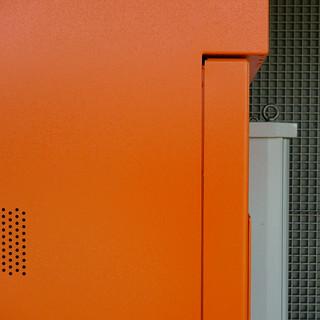 Forme e colori in una piccola stazione della suburbana. Colors and shapes inside a small commuters railway  station