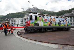 Rhätische Bahn RhB Lokomotive Ge 4/4 II 611 mit Taufname Landquart und neuer Werbung für Login ( Baujahr 1973 - Hersteller SLM Nr. 4884 - BBC ) auf der Drehscheibe im Bahnhof Samedan - Samaden im Kanton Graubünden der Schweiz
