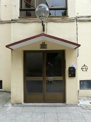 Placa franquista retirada en el portal nº 11 del barrio Ongarai.