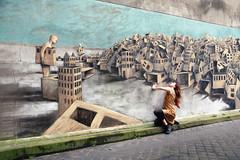 Rue des Couronnes (erichudson78) Tags: france iledefrance paris20ème ruedescouronnes streetart streetphotography artmural canonef24105mmf4lisusm canoneos5d wideangle grandangle philippehérard scènederue femme woman