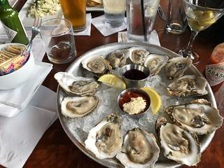 Doce ostras con conchas