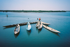 Les pirogues de Fadiouth (louis de champs) Tags: olympusxa2 kodakektar100 filmphotography documentary senegal fadiouth pirogues