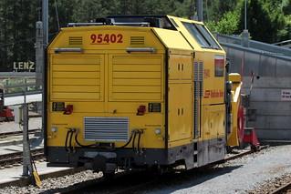 Schneeschleuder Xrot mt 95402 der Rhätischen Bahn RhB ( Hersteller Zaugg - Baujahr um 2012 - Gewicht 24 t - LüP 10.00 m - Schleuder Schneefräse ) am Bahnhof Thusis im Kanton Graubünden - Grischun der Schweiz