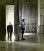 Todas las luces tienen su por qué (Felipe Sérvulo) Tags: luz puerta mujer hombre