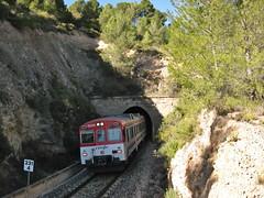Tren de Cercanías de Renfe (Línea C-5) a su paso por NAVAJAS (Castellón) (fernanchel) Tags: adif ciudades navajas renfe spain cercanias rodalies поезд bahnhöfe railway station tunel tunnel ferrocarril tren treno train c5 castellón castelló