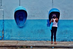 Centro - scène de rue 10 (luco*) Tags: cuba la havane habana havana scène de rue street scene femme woman mujer télphone public telephone bleu blue dos back