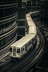 <= ⏜ ⏝⏜ <= (Carl's Captures) Tags: eltrain cta chicagotransitauthority ltrain masstransit publictransportation commutertrain elevated chicagoillinois urban cityofchicago thewindycity chitown cookcounty scurve snake snaking railroadtracks curves curving congested crowded tight carriages cityscape landscape hubbardstreet wellsstreet intersection franklinstreet wellskinziegarage parkinggarage aerial vista overhead perspective mono monochrome brownline train403 winding lowkey cloudy nikond7500 sigma18300 photoshopbyfehlfarben thanksbinexo