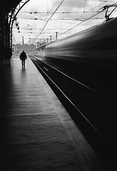 E=mc² (dedic. to Emiliano Baldari) (*BegoñaCL) Tags: tren estación valencia hombre velocidad silueta contraluz begoñacl