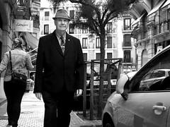 Un señor con sombrero (no sabemos cómo llamarnos) Tags: streetphotography street homme hombre photoderue fotourbana fotocallejera blancoynegro blackandwhite noiretblanc