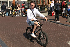 Spiegelgracht - Amsterdam (Netherlands) (Meteorry) Tags: europe nederland netherlands holland paysbas noordholland amsterdam amsterdampeople candid centrum center centre spiegelgracht prinsengracht man male homme guy cyclist bicycle bicyclette bike vélo dutch sneakers baskets trainers skets short white finger ubereats afternoon aprèsmidi april 2018 meteorry