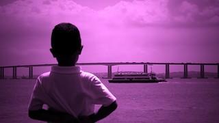 O menino e a baía - Baía da Guanabara, Niterói, Rio de Janeiro, Brasil.