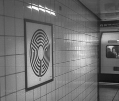 Labyrinth 174 / 270 (The Gadget Photographer) Tags: analogue ae1 hc110solutionbfromstock6min20ckodak iso400 ilfordrapidfixer trix canon blackandwhite film tobyhetherington©2018 london england unitedkingdom gb