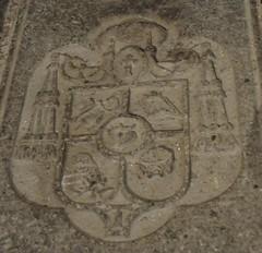 Astorga (León-España). Catedral. Lápida sepulcral del obispo Grau Vallespinós. Escudo (santi abella) Tags: astorga león castillayleón españa catedraldeastorga heráldica escudos