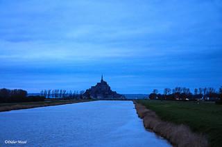 Le canal du Couesnon et le Mont St-Michel à la tombée de la nuit