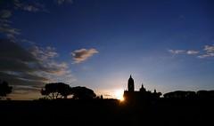 Amanece en Segovia (alfonsocarlospalencia) Tags: segovia amanecer siluetas catedral pinarillo contraluz pinos nubes azul sol paz iglesias despertar torres luminosidad atmósfera primavera duermevela misterio espiritualidad pináculos