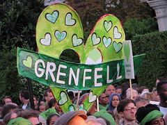 Grenfell heart (Andy Worthington) Tags: london londonw10 kensington northkensington nottingdale grenfell grenfelltower grenfelltowerfire politics protest politicalprotest streetphotography socialhousing councilhousing councilestates towerblocks hearts stmarksroad