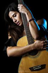 Laura (Rodri Valdez) Tags: portrait retrato woman girl mujer persona guitarra guitar acoustic acústica acustica laura artist cantante singer