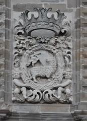 Astorga (León-España). Catedral. Fachada. Torre. Escudo del cabildo (santi abella) Tags: astorga león castillayleón españa catedraldeastorga heráldica escudos
