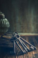 A bunch of keys (Ro Cafe) Tags: 52semanas52palabras dark helios58mmf2 keys old rustic stilllife ancient antiguo arrangement bunchofkeys setup vintage vintagelens textured nikond600