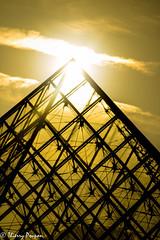 Dieu Râ (Thierry Poupon) Tags: louvre paris pyramide soleil carreaux ciel contrejour motif transparence iledefrance france fr
