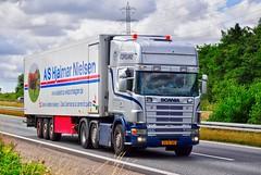 XS91585 (12.08.10)_Balancer (Lav Ulv) Tags: scania rseries pgrseries scaniarseries unknownowner topline r4 164l r480 v8 2002 refrigeration kühltransporte køletransport euro3 e3 6x2 schmitztrailer hjalmarnielsen truck truckphoto truckspotter traffic trafik verkehr cabover street road strasse vej commercialvehicles erhvervskøretøjer danmark denmark dänemark danishhauliers danskefirmaer danskevognmænd vehicle køretøj aarhus lkw lastbil lastvogn camion vehicule coe danemark danimarca lorry autocarra trækker hauler zugmaschine tractorunit tractor artic articulated semi sattelzug auflieger trailer sattelschlepper motorway autobahn motorvej vibyj highway hiway autostrada
