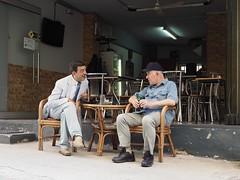 Two gentlemen (blindmull) Tags: two zwei stzrassenfotografie streetphotography café männer men karvala griechenland greece