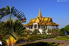 06-11-09 Laos-Camboya Phnom Penh (284) O01 (Nikobo3) Tags: asia camboya cambodia phnompenh palacioreal arquitectura architecture paisajeurbano travel viajes nikon nikond200 d200 nikondx182003556vr nikobo joségarcíacobo