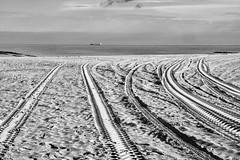Knokke -11- (Jan 1147) Tags: strand beach zand sand sporen zwartwit zw monochroom monochrome blackandwhite bw knokke belgium