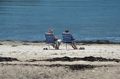 On regardait passer les bateaux (claude dequidt) Tags: plage saintphilibert vacances couple sable