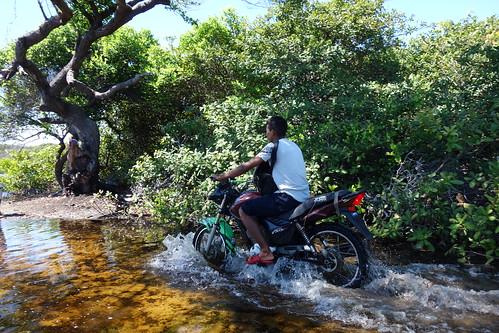 Le professeur de l'école habite dans une ville au bord de l'oasis et vient donc tous les jours à l'école en moto !