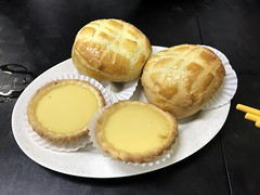 Egg tarts 蛋挞 & Bor Law (pineapple) BBQ Pork Buns 波萝叉烧包 (l16812) Tags: bun singapore victorskitchen eggtart borlawbbqporkbun dimsum hongkongfood baked