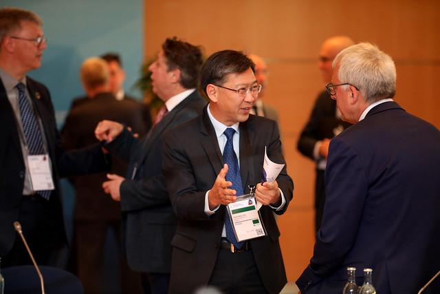 Chong Meng Tan dicusses with Luc Arnouts
