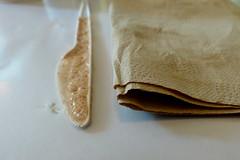 Was soll denn der Unsinn? (remember moments) Tags: dietmarvollmer knife napkin messer serviette backwerk zuckerumrührer cocoa stilllife