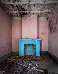 Calor de hogar (Perurena) Tags: chimenea fireplace fuego fire calor hot habitación room casa house abandono decay techo madera colores colors urbex urbanexplore