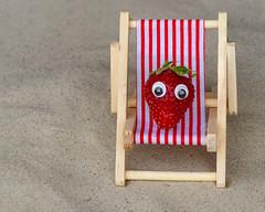 Beach Time (FocusPocus Photography) Tags: erdbeere strawberry strand beach sand liegestuhl deckchair frucht fruit wackelaugen googlyeyes