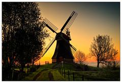 Tagesanbruch – sunrise (frodul) Tags: ausenansicht baum gegenlicht himmel landschaft natur windmühle mühle tagesanbruch sonnenaufgang rheiderland ostfriesland ditzumerverlaat niedersachsen deutschland sunrise wasserschöpfmühle erdholländer bodennebel mill windmill