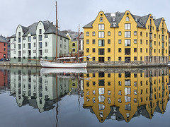 Like in a mirror (Ulrich Neitzel) Tags: ålesund boat boot building gebäude gelb hafen harbour haus house mzuiko1240mm norge norway olympusem1 reflection spiegelung wasser water yellow
