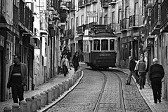 (Roi.C) Tags: street candid people peoples train standing walking talking outdoor nikkor nikond5300 nikon lisbon portugal europe man women monochrome black white blackwhite bw blackandwhite road buildings building 2018 lisboa