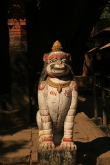 Bhaktapur. Clair obscur sur l'entrée d'un temple (alain.deroubaix) Tags: bhaktapur népal histoire cité royale