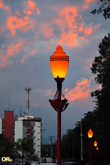 Rose clouds and lamp posts (Otacílio Rodrigues) Tags: nuvens clouds postes lampposts árvores trees prédios buildings céu sky antenas antennas urban luzes lights resende brasil oro supershot