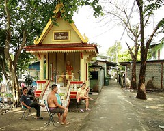 hanging out around the shrine (the foreign photographer - ฝรั่งถ่) Tags: three people sitting chairs buddhist shrine khlong thanon portraits bangkhen bangkok thailand canon