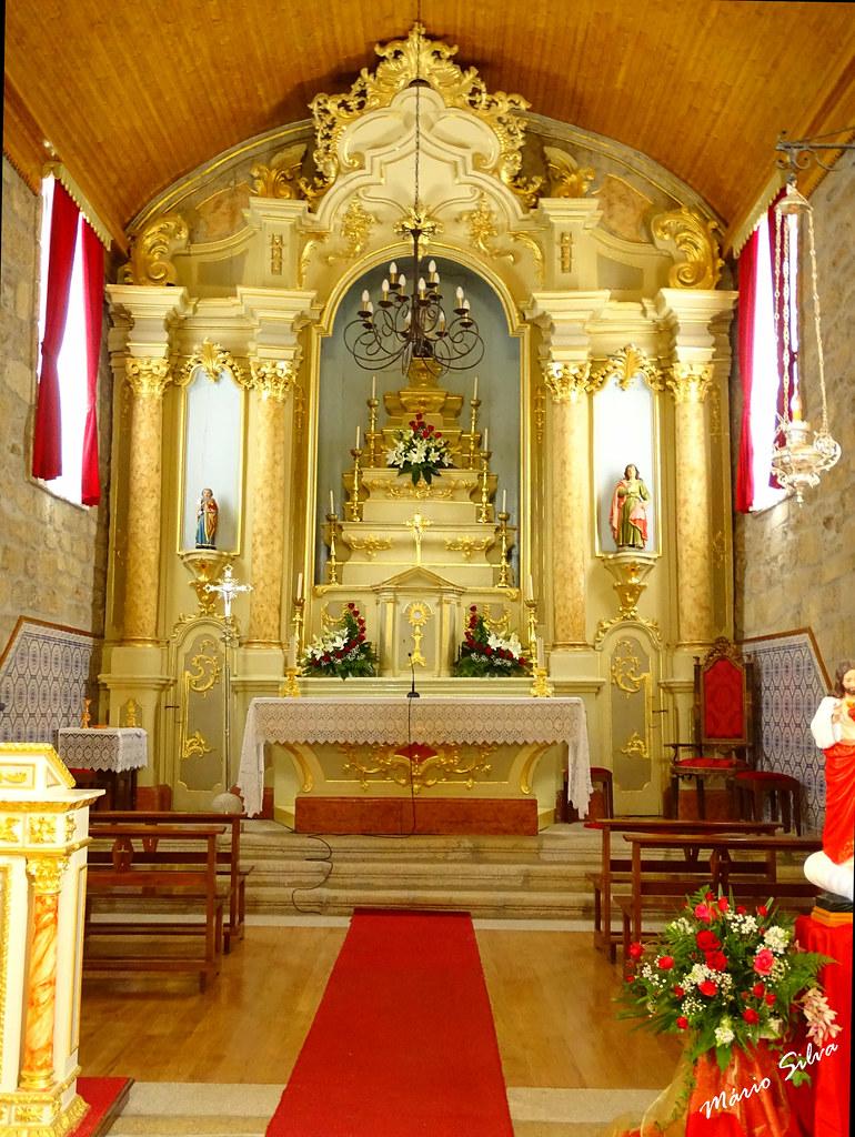 Águas Frias (Chaves) - ...altar mor da igreja matriz (agora com renovado soalho em pedra e madeira) ...