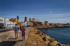 paseo hacia la Catedral (ton21lakers) Tags: paseo personas mar marina muelle catedral cadíz andalucia españa toño escandon canon tamron cielo