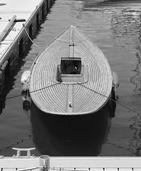 Vulve flottante (ZUHMHA) Tags: marseille france urban urbain port harbour water eau sea mer rivage littoral line lignes courbes curve geometry géométrie monochrome bateau boat corde bouée buoy perspective buoyant