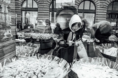 window shopping (Philip@Tamsui) Tags: 布拉格 hlavníměstopraha 捷克 praha praque czech ricoh grdigital grd grii windowshopping monochrome bw blackandwhite 黑白 第五天
